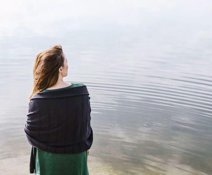 Mujer observando el mar