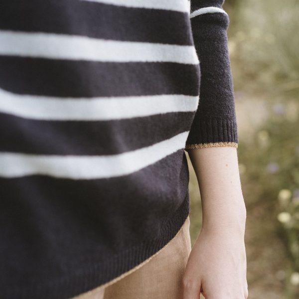 Detalle de jersey a rayas azul marino