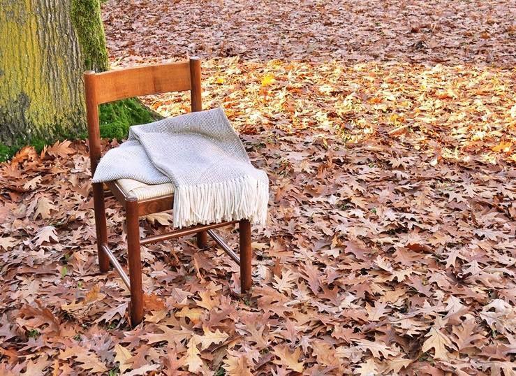 Manta de lana de tejido natural sobre una silla