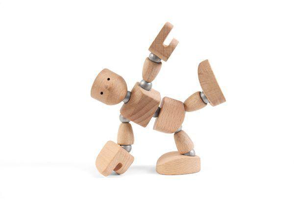 Muñeco de madera con imanes agachado