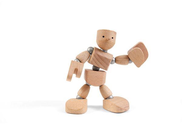 Muñeco de madera con imanes saludando