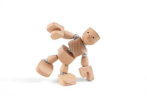Muñeco de madera con imanes tocando el suelo