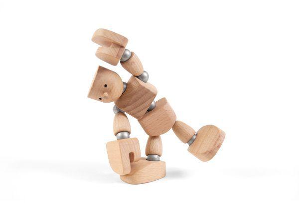 Muñeco de madera con imanes tocándose un pie