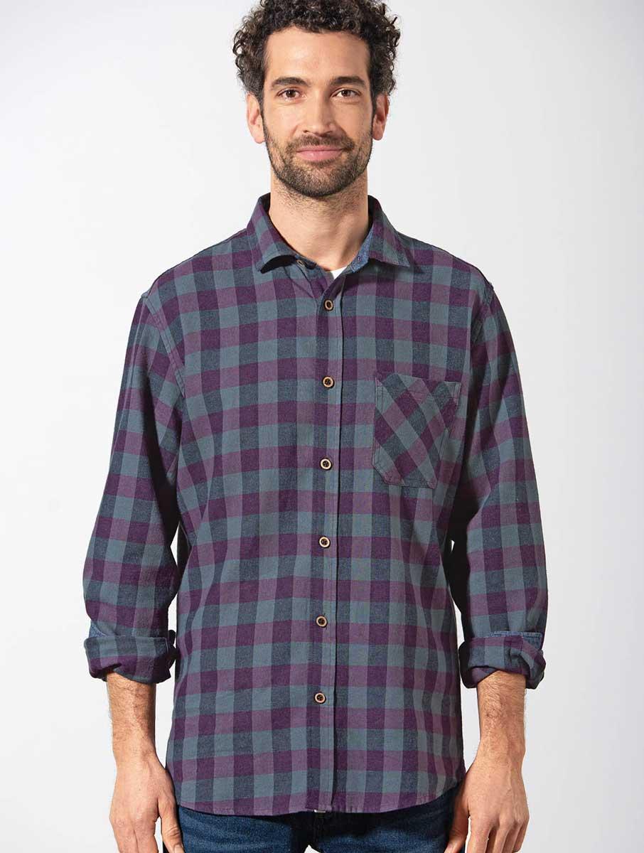 Hombre con camisa de cuadros ecológica púrpura hempage