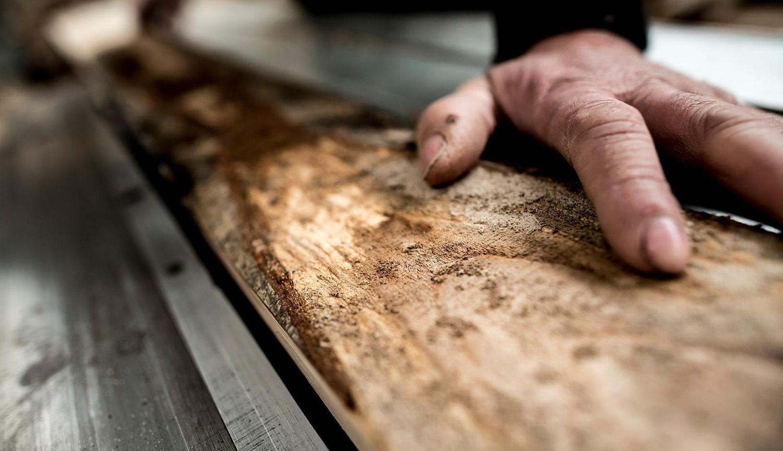 Manos artesanas trabajando la madera Sintala