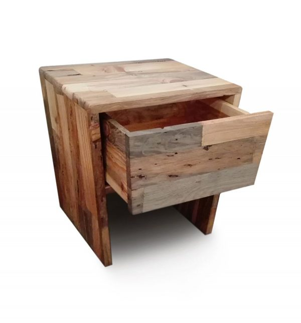 Mesita de noche de madera con un cajón abierto