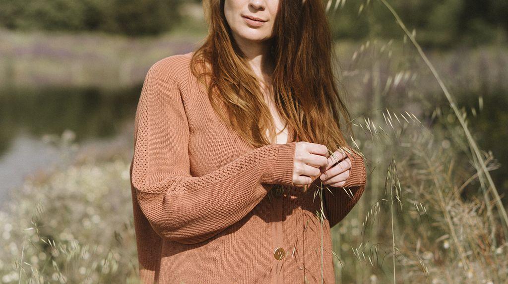 Mujer con chaqueta de lana color rosa alga