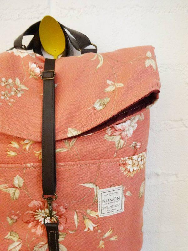 Detalle mochila reciclada rosa de flores