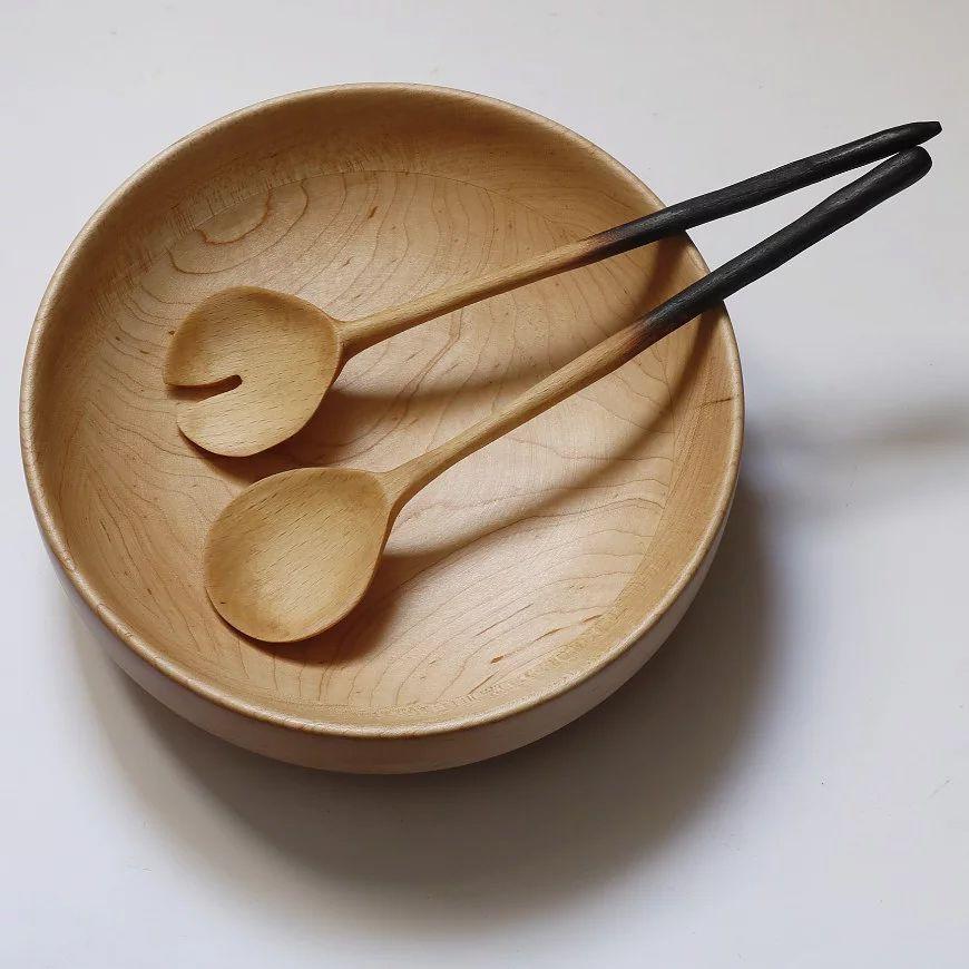Bol de ensalada de madera con cubiertos