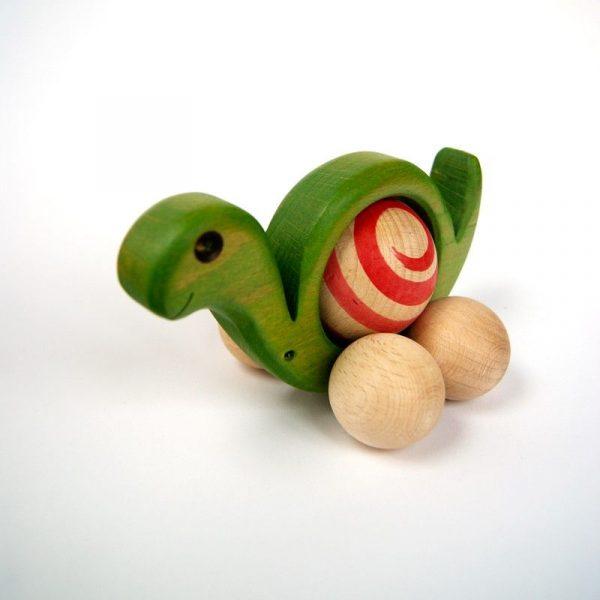 Caracol de madera de color verde