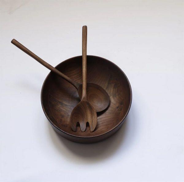 Ensaladera de madera de nogal artesanal con cubiertos