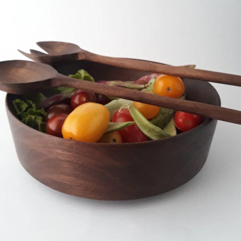 Ensaladera de madera de nogal con ensalada