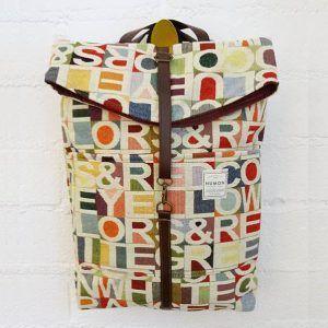 Mochila reciclada de tapicería vintage con letras y colores