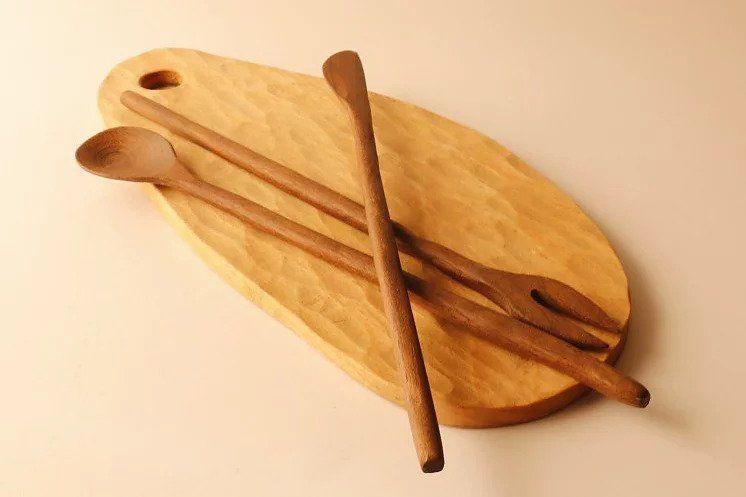 Tabla de desayuno de madera de haya con cubiertos