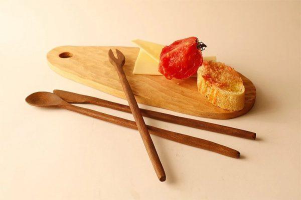 Tabla de desayuno y cubiertos de madera de haya y nogal