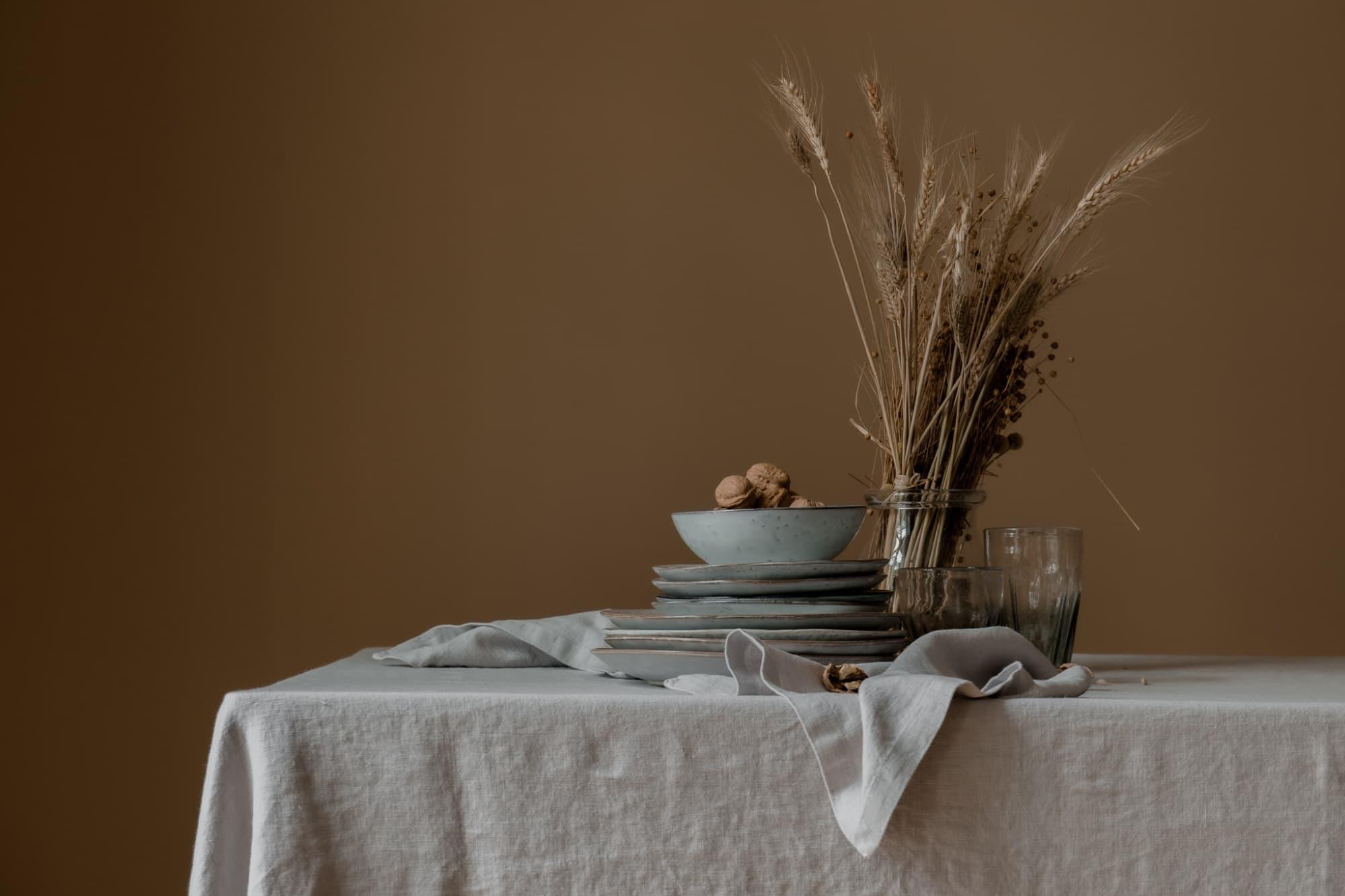 Mesa con mantel de lino europeo lavado a la piedra