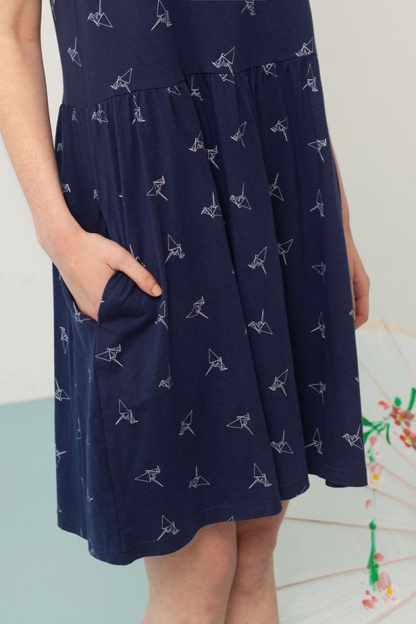 Detalle bolsillo vestido oversize azul marino estampado origami