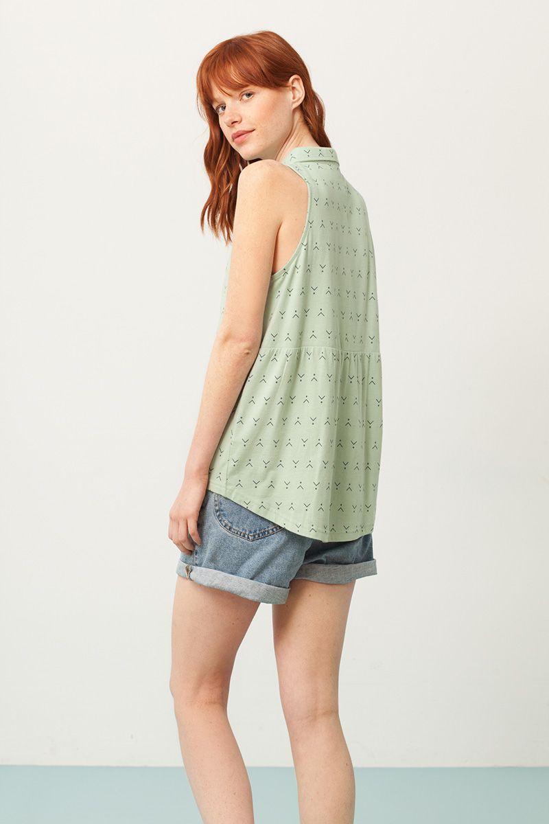 Detalle camisa sin mangas verde estampado abstracto