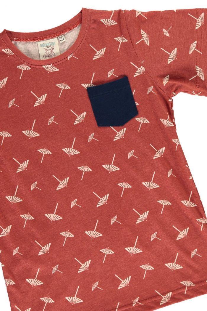 Detalle camiseta infantil terracota con estampado de sombrillas