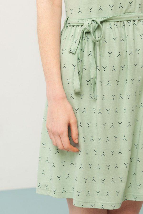 Detalle cinturón vestido verde estampado abstracto