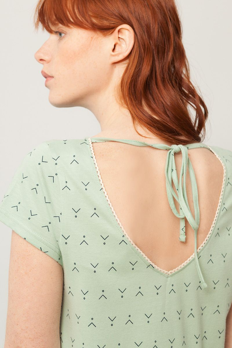 Detalle lazo vestido oversize verde estampado