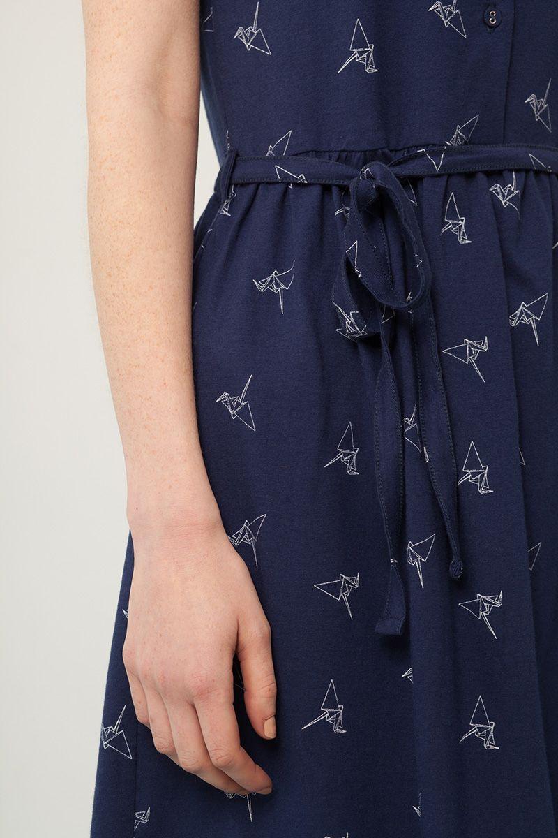 Detalle vestido azul marino con cinturón estampado origami