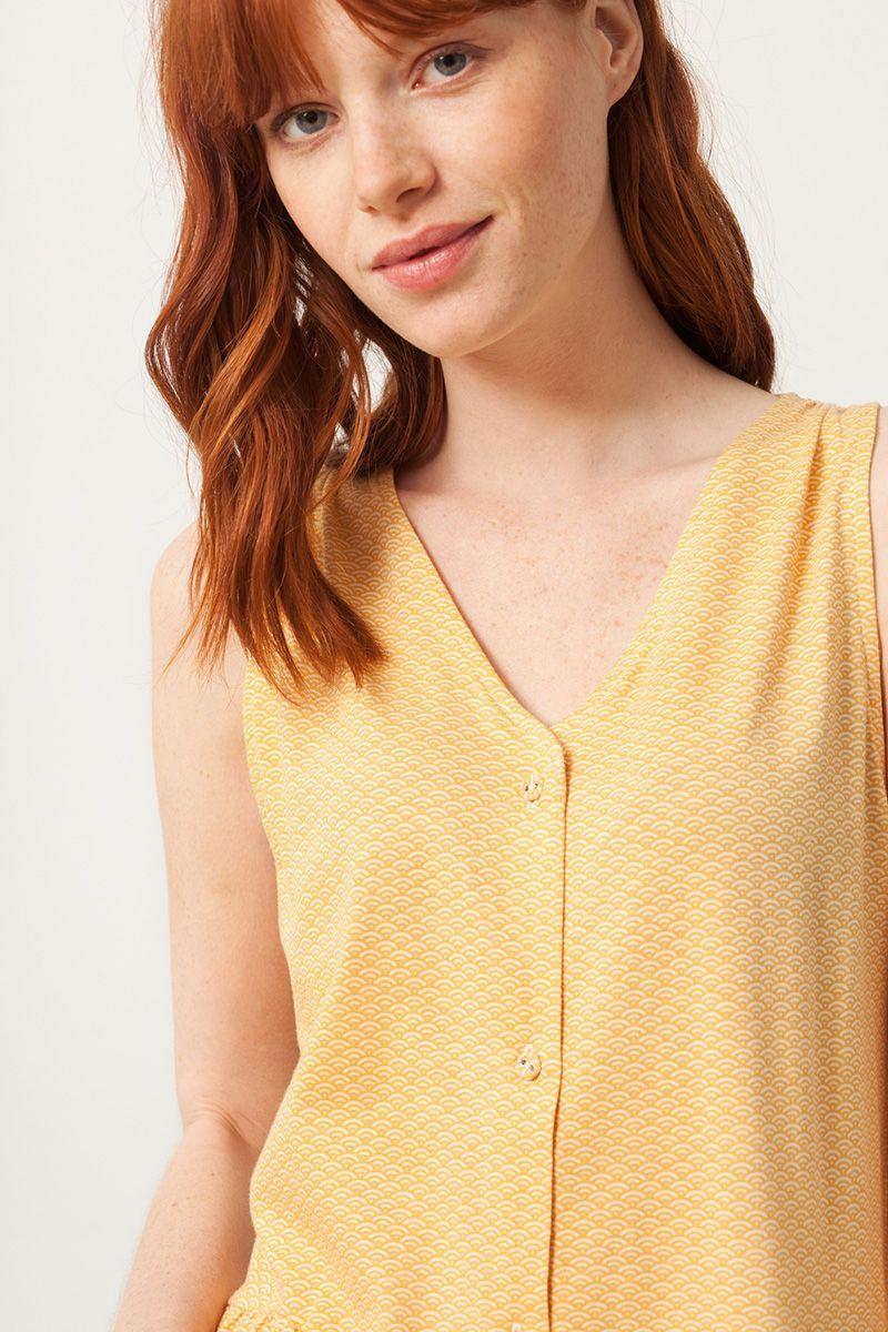 Detalle vestido escote V color miel con estampado de abanicos