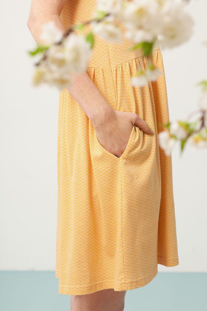 Vestido oversize color miel estampado abanicos detalle bolsillo