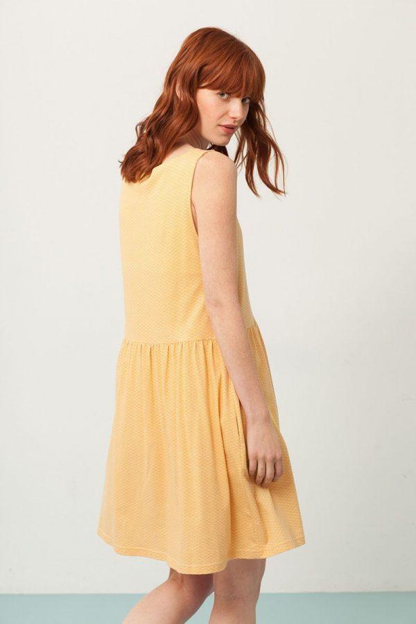 Vestido oversize color miel estampado abanicos espalda