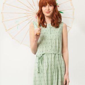 Vestido verde con cinturón estampado abstracto