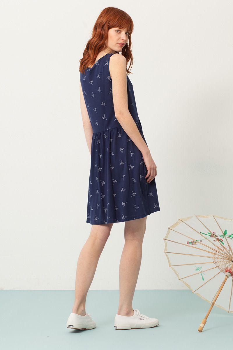 Vista trasera vestido azul marino oversize estampado origami