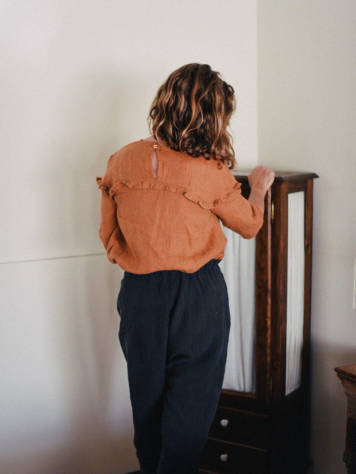Espalda de blusa de lino con canesú