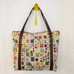 Bolso reciclado de tapicería vintage con letras y colores