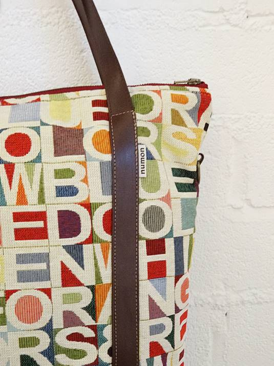 Detalle bolso reciclado de tapicería vintage
