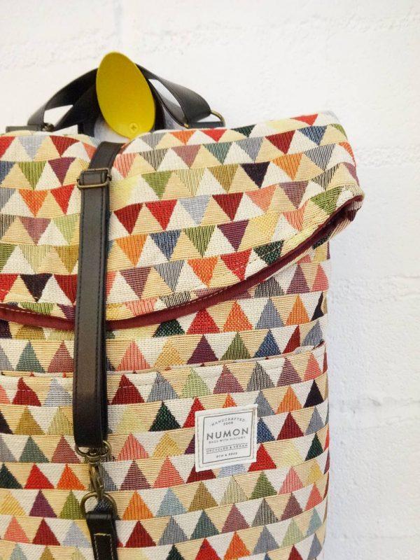 Detalle de mochila de triángulos de Numon