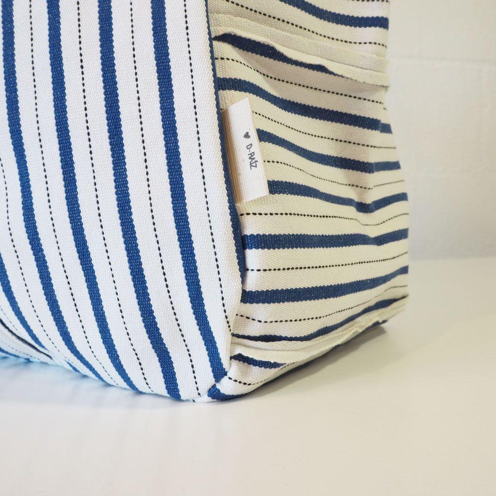 Detalle marca bolso playa de rayas azules