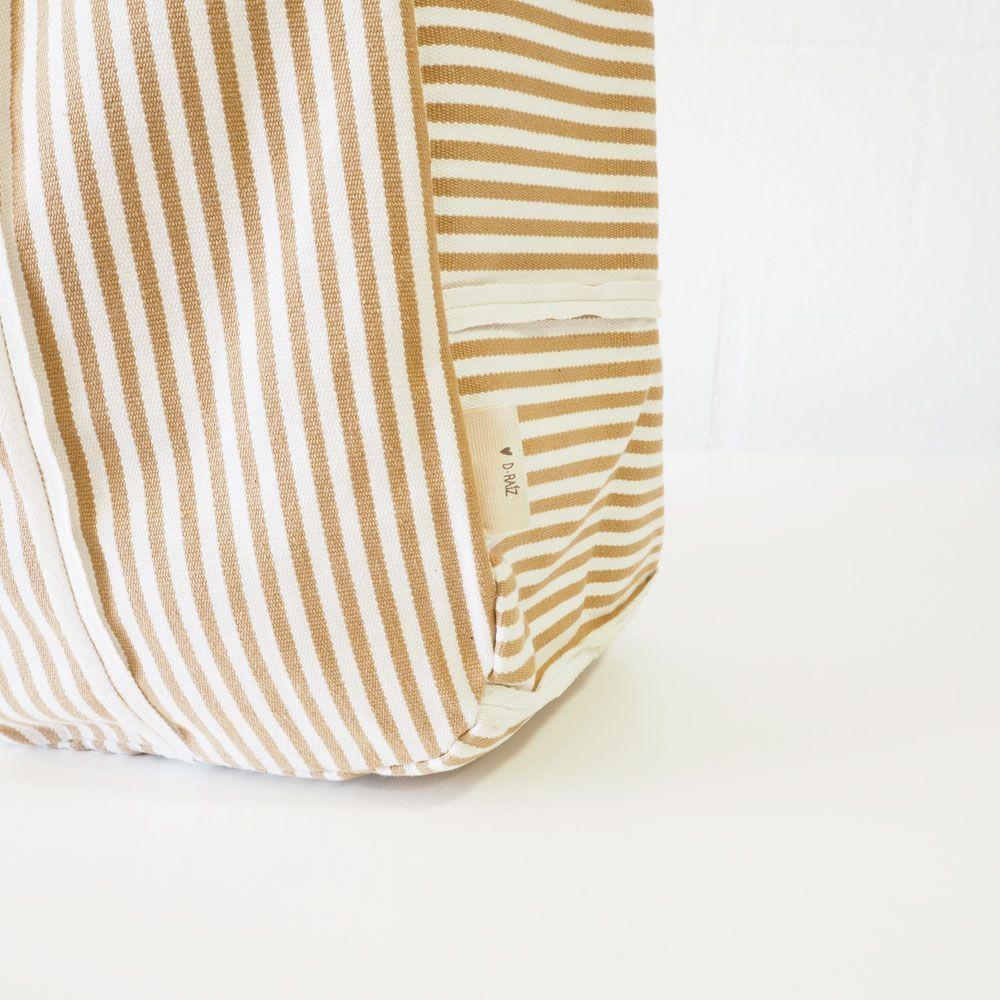 Detalle marca bolso playa de rayas beige