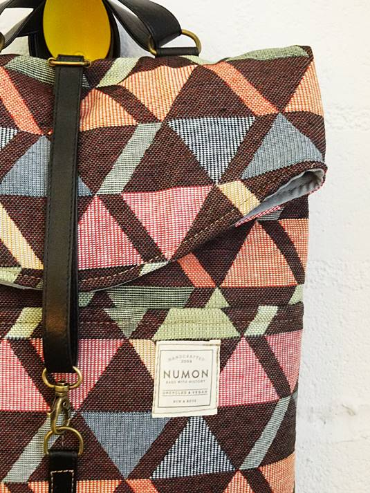 Detalle mochila reciclada de tonos suaves