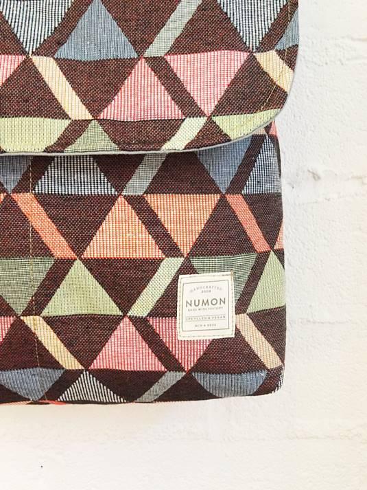 Detalle mochila reciclada pequeña triángulos con solapa