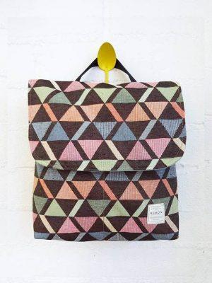 Mochila reciclada pequeña triángulos con solapa