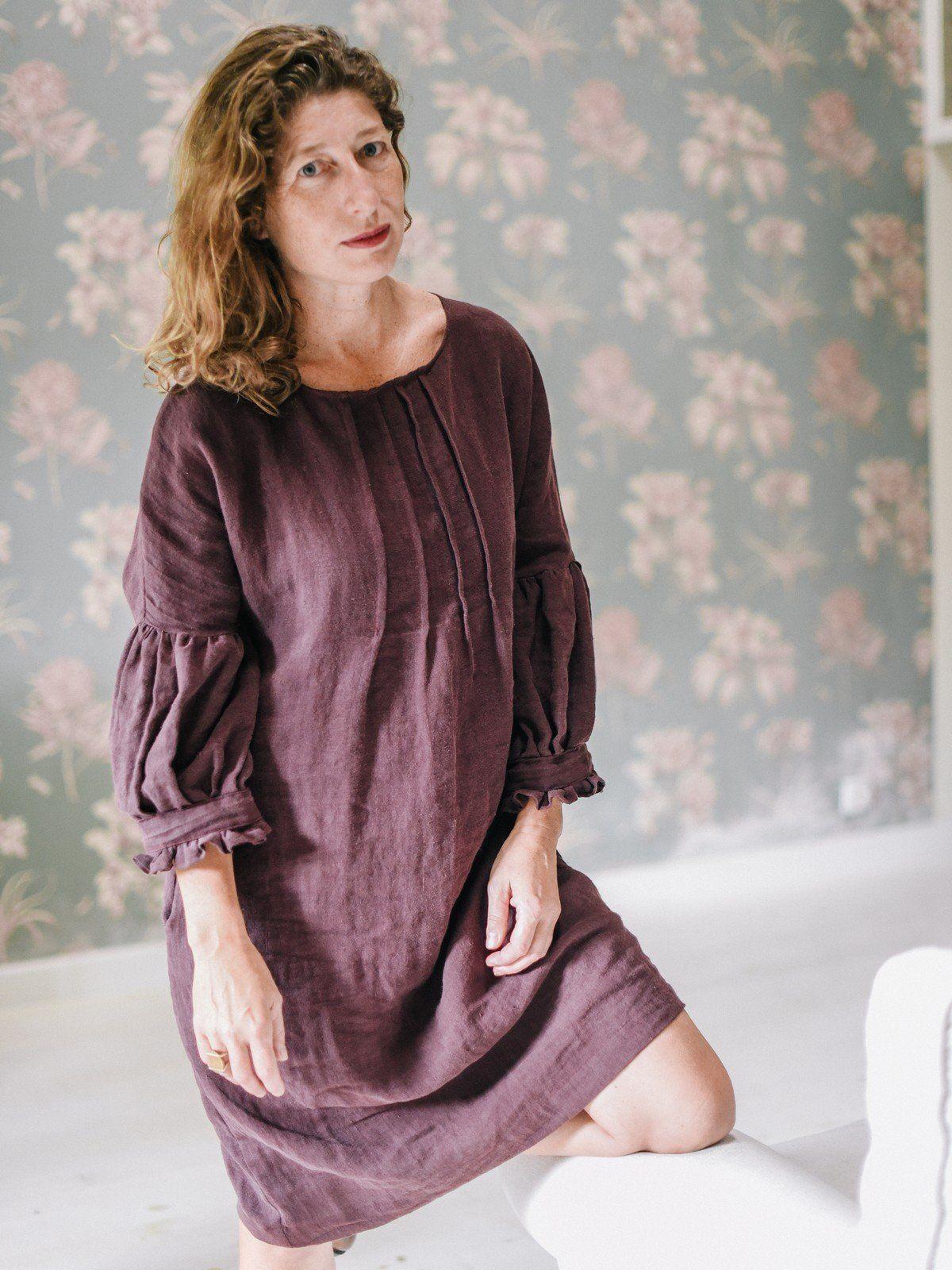 Vestido de lino ecológico con manga abullonada color berenjena detalle