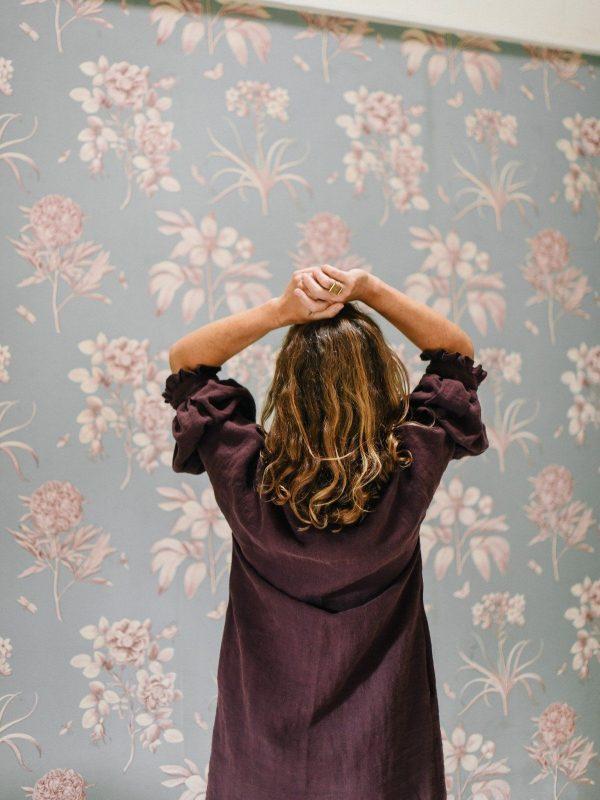 Vestido de lino ecológico con manga abullonada color berenjena espalda