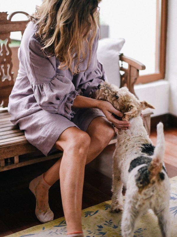 Vestido de lino ecológico con manga abullonada color lavanda detalle