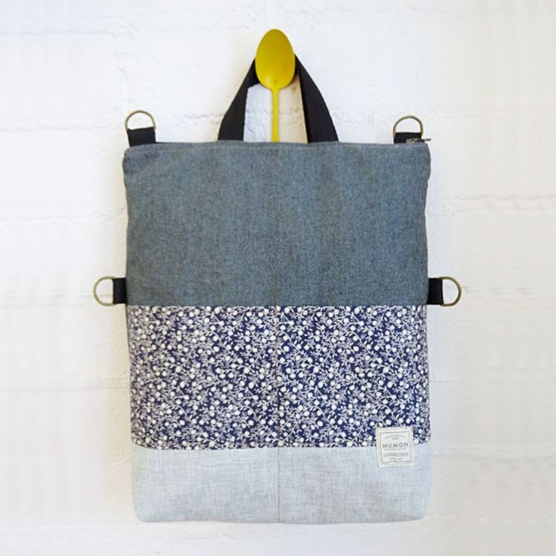 Bolso mochila tapicerias combinadas tonos azules y flores