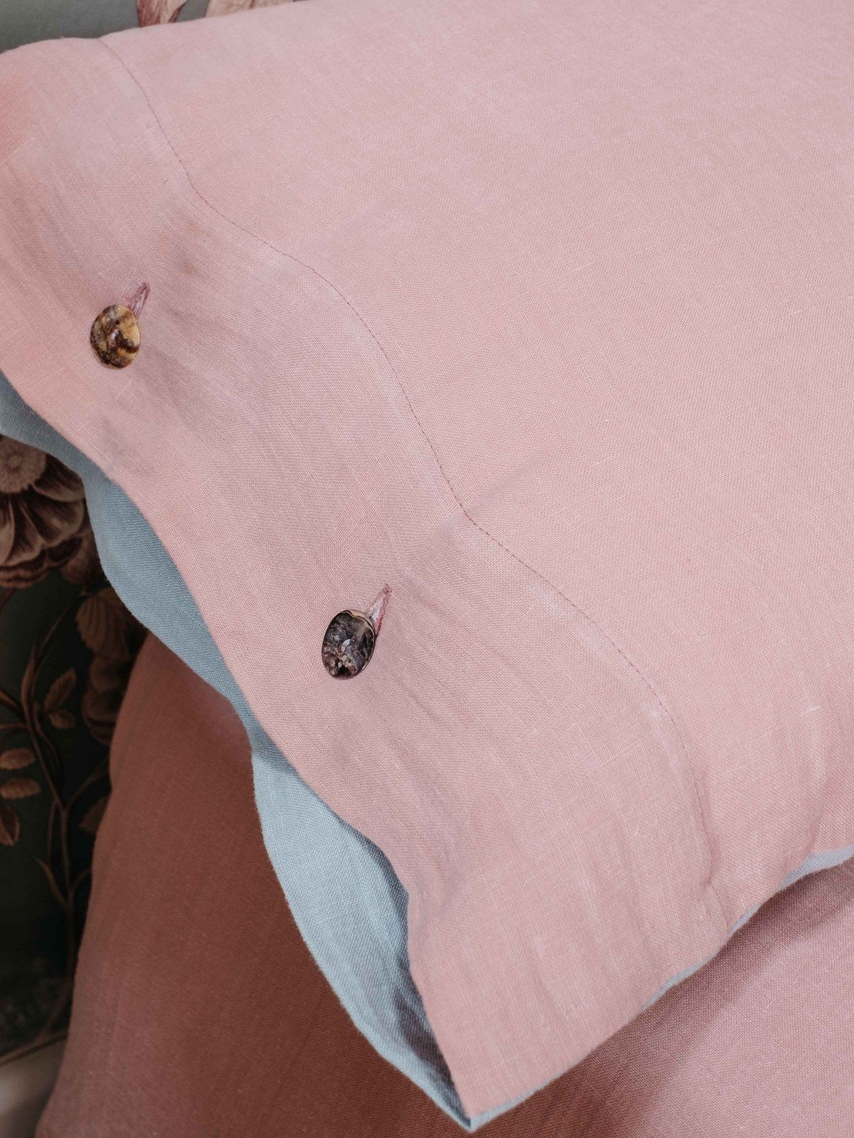 Funda almohada de lino lavado rosa detalle
