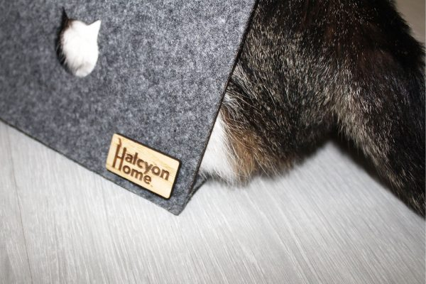 Escondite de madera para gatos