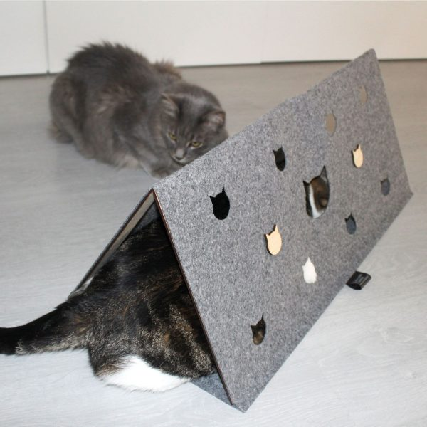 Escondite para gatos jugando