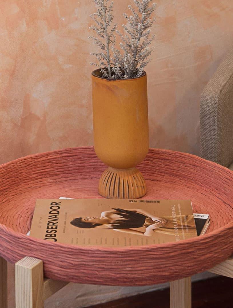 Mesa de apoyo con bandeja reciclada rosa