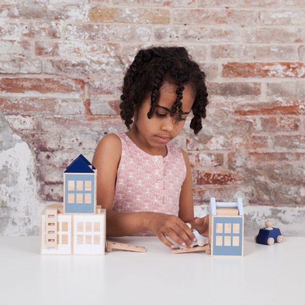 Niña jugando a construir ciudades