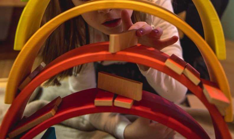 Niños jugando con arcoiris Waldorf